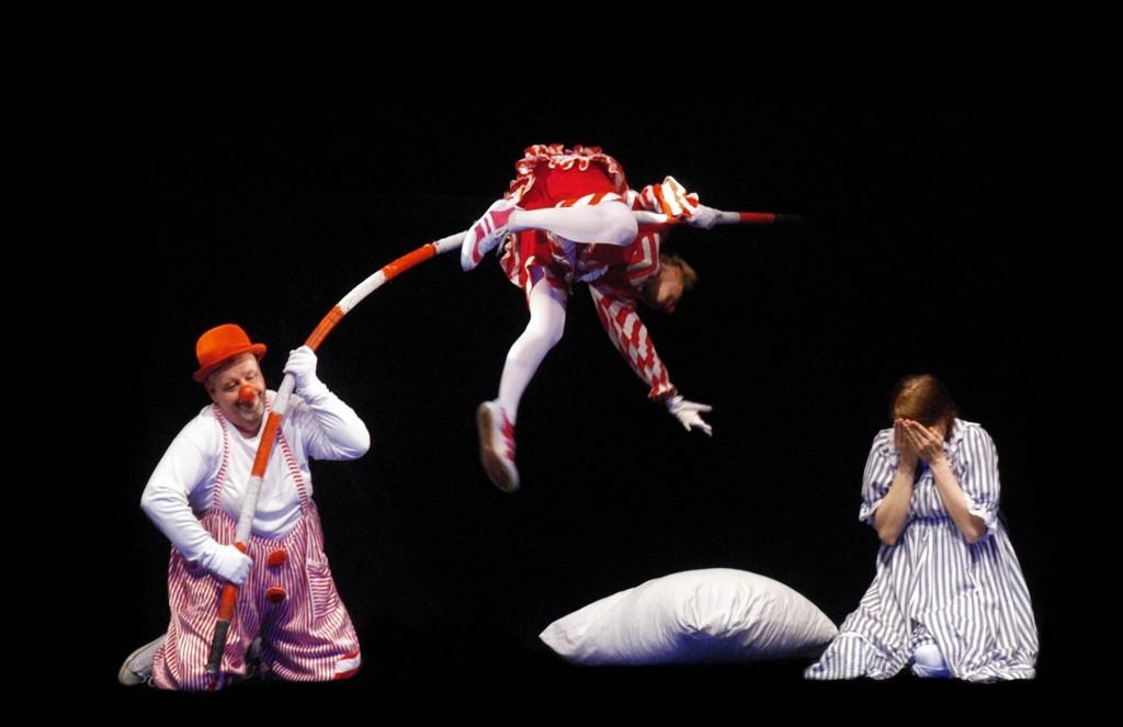 17-clowns-on-the-pole_